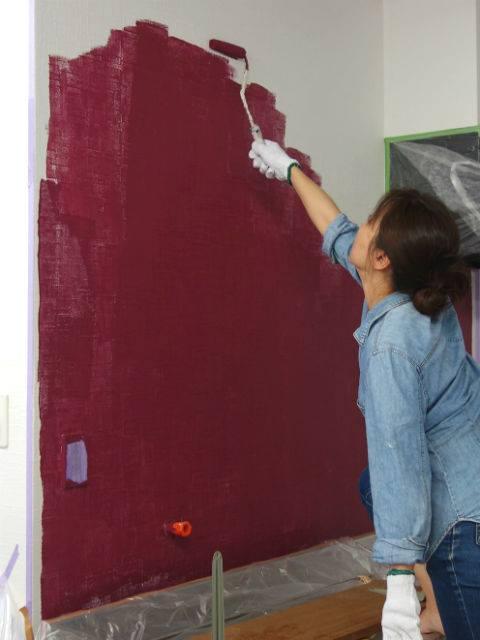 壁にペンキを塗る